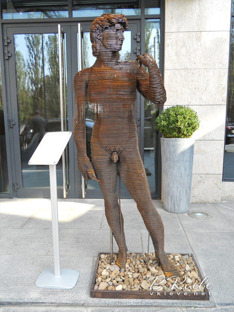 Скульптуры «Давид Украина» и «Девушка»