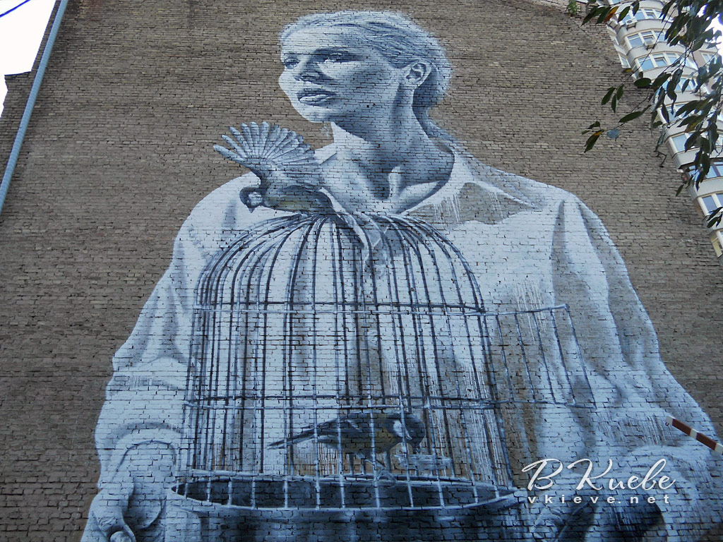 Девушка с птицами и клеткой на Антоновича