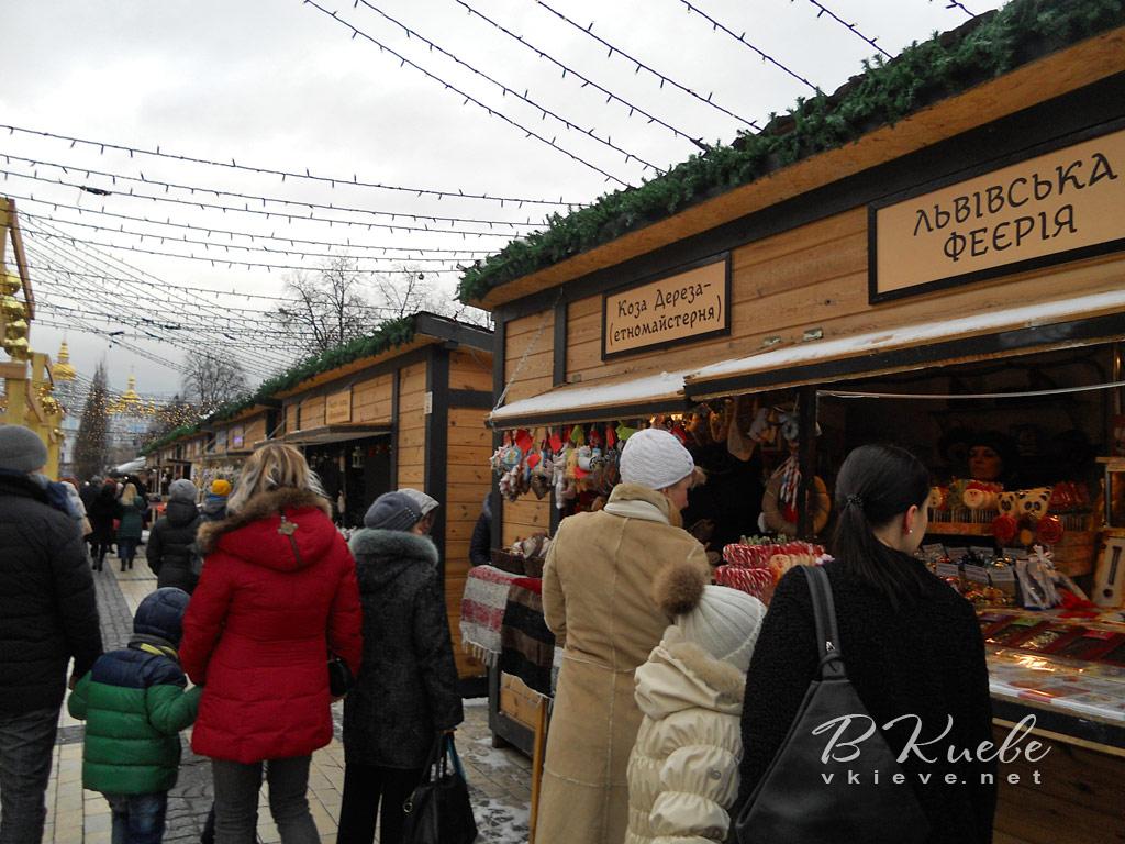 Главная новогодняя елка 2017 в Киеве. Ряды ярмарочных павильонов между Софиевской и Михайловской площадями