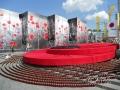 Инсталляция на Майдане Незалежности в виде огромного красного мака к 72-й годовщине победы над нацизмом во Второй мировой войне
