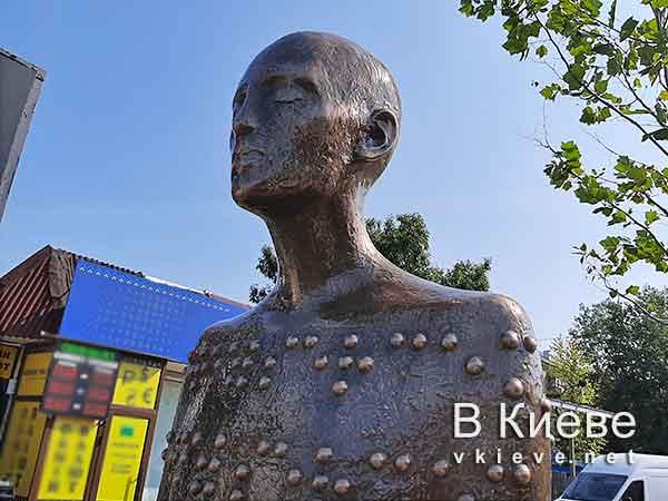 Памятник незрячему. шрифтом Брайля написано «Смотри сердцем»