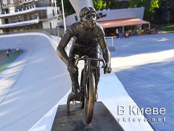 Киевский велотрек. Скульптура велосипедиста. Проект «Шукай»