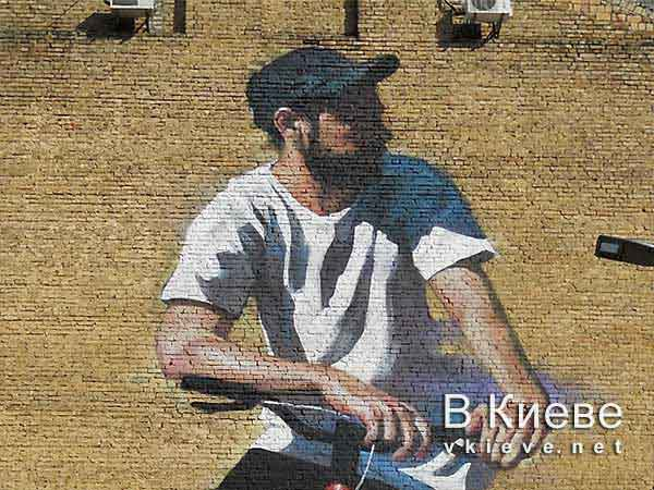 Мурал с велосипедистом возле велотрека в Киеве
