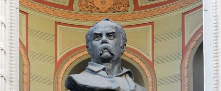 byust-shevchenko-na-zdanii-nacionalnoj-opery-01.jpg