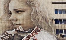 Девушка в вышиванке на бульваре Леси Украинки