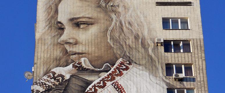 Девушка-в-вышиванке-на-бульваре-Леси-Украинки