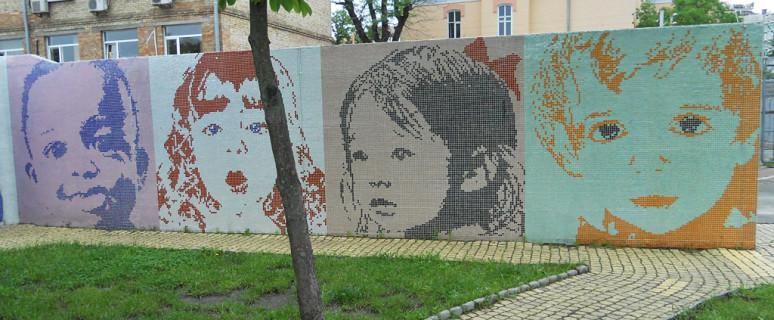 mozaika-s-detskimi-licami-na-pejzazhnoj-allee-01