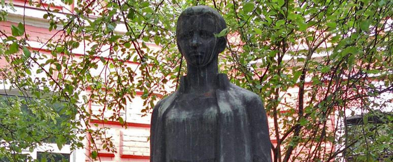 pamyatnik-lese-ukrainke-na-territorii-akademii-iskusstv-01