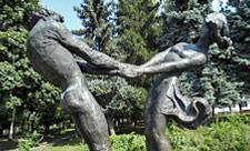 Скульптура юноши и девушки в Отрадном парке