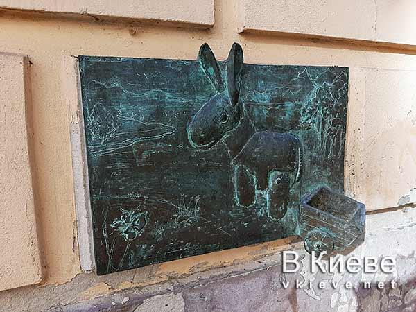 Табличка в честь деревянного ослика в Киеве
