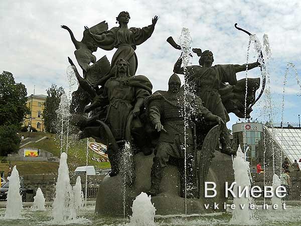 Памятник-фонтан основателям Киева на Майдане