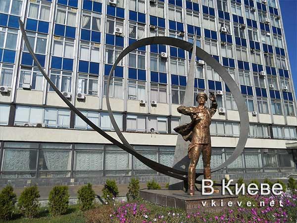 Памятник Нестерову в Киеве. Мертвая петля
