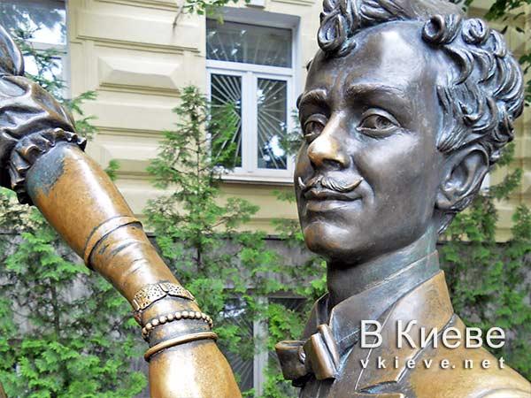 Памятник Проне Прокоповне и Голохвастову в Киеве