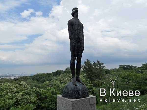 Скульптура «Дождь» на Пейзажной аллее в Киеве