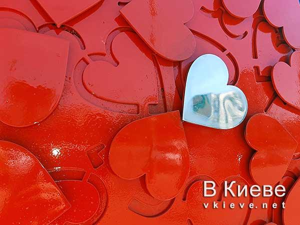 Скульптура Сердце на Южном вокзале в Киеве